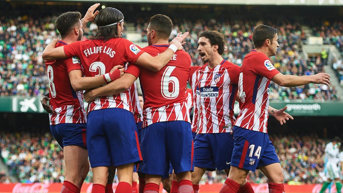 Los futbolistas del Atlético de Madrid celebran el gol de Saúl frente al Betis (Getty)