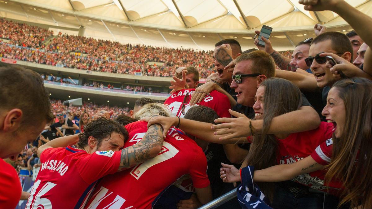 Los jugadores del Atlético celebra un gol con los aficionados. (Getty)