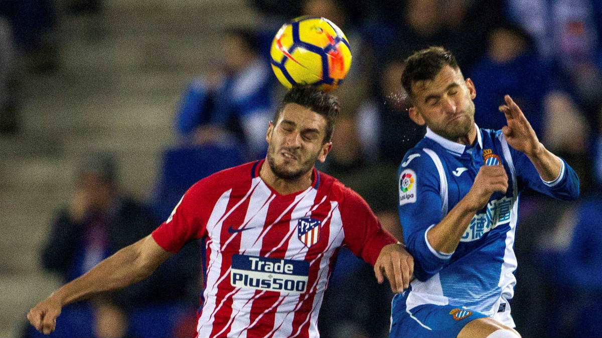 Koke pelea un balón con Leo Baptistao. (EFE)