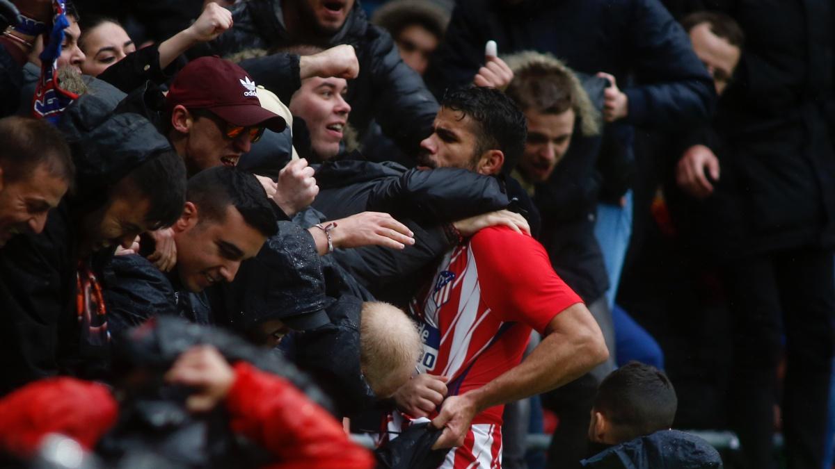 Diego Costa celebra su gol con la afición (AFP)