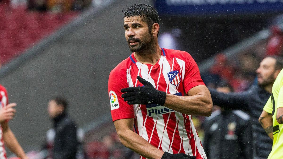 Diego Costa se lamenta tras ver la tarjeta roja en su debut en el Metropolitano.