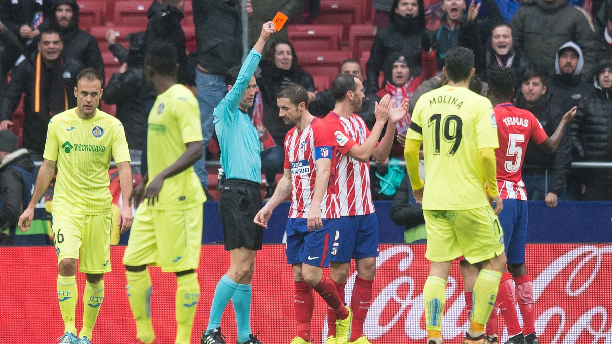 Munuera Montero expulsa a Diego Costa durante el Atlético vs Getafe (Getty)