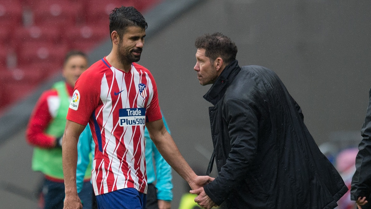 El Cholo Simeone saluda a Diego Costa tras ser expulsado (Getty)
