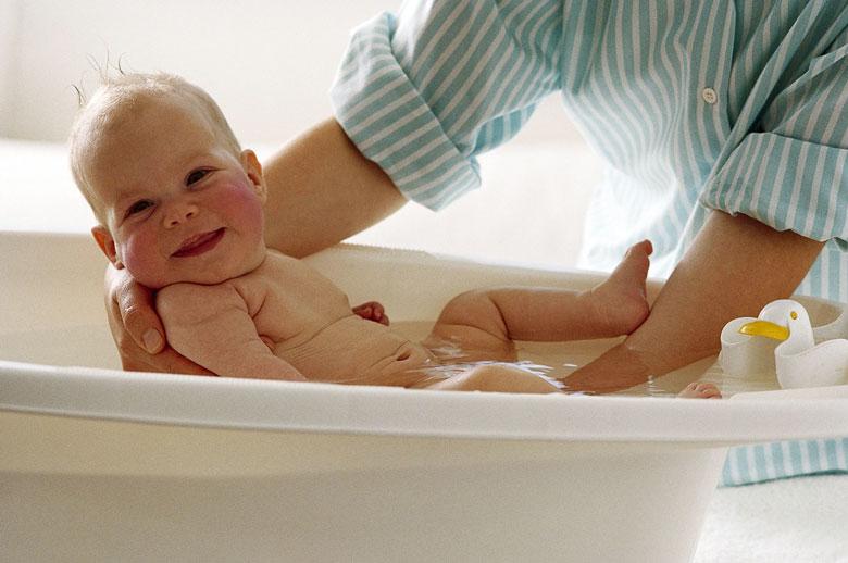 Bebe Baño   4 Utensilios Fundamentales Para El Bano Del Bebe