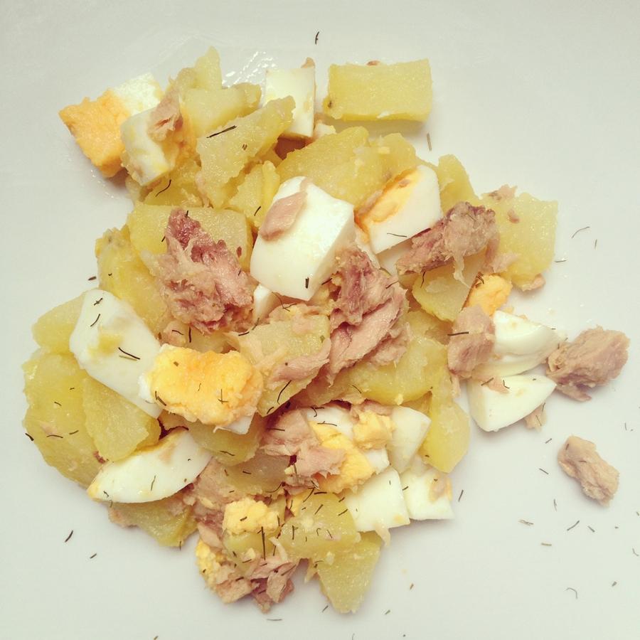 Patatas con huevos y atún