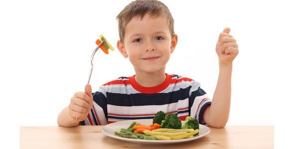 niño comiendo verdura
