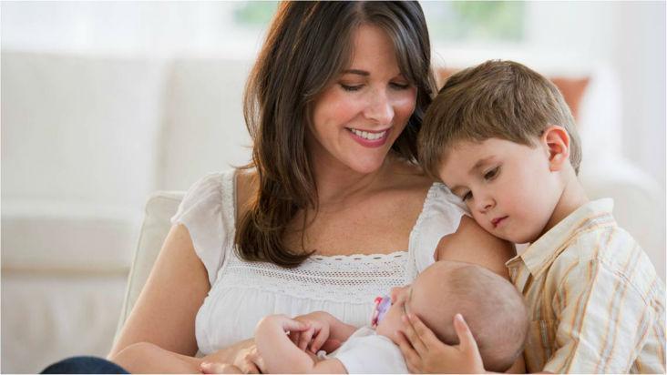 madre cuidando dos hijos