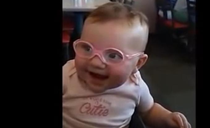 4dbaf3f253 El nuevo viral que emociona: un bebé ve por primera vez a su madre gracias  a unas gafas