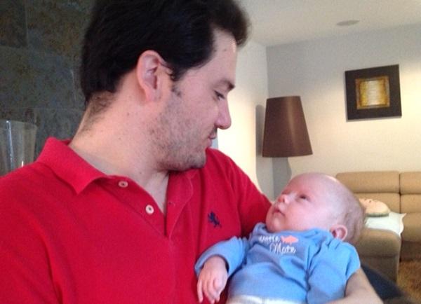 Un bebé sin madre recibe la leche de diversas mujeres