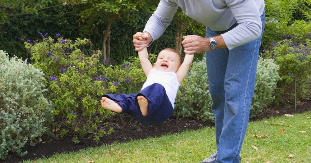 ¿Por qué no levantar a un bebé de los brazos?