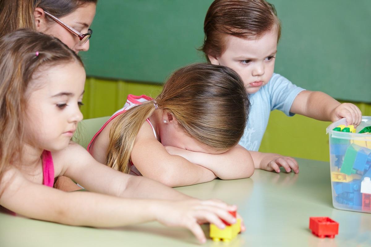 Kind weint im Kindergarten