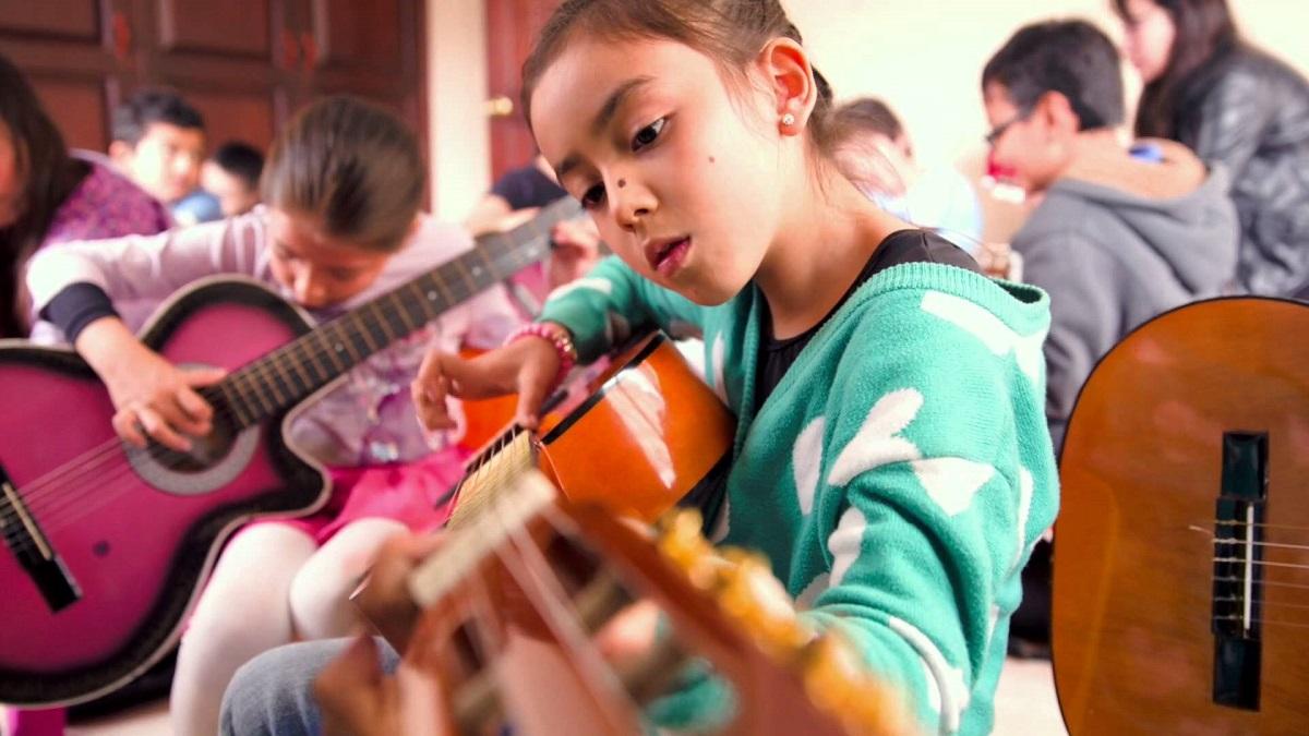 Resultado de imagen para niños tocando guitarra