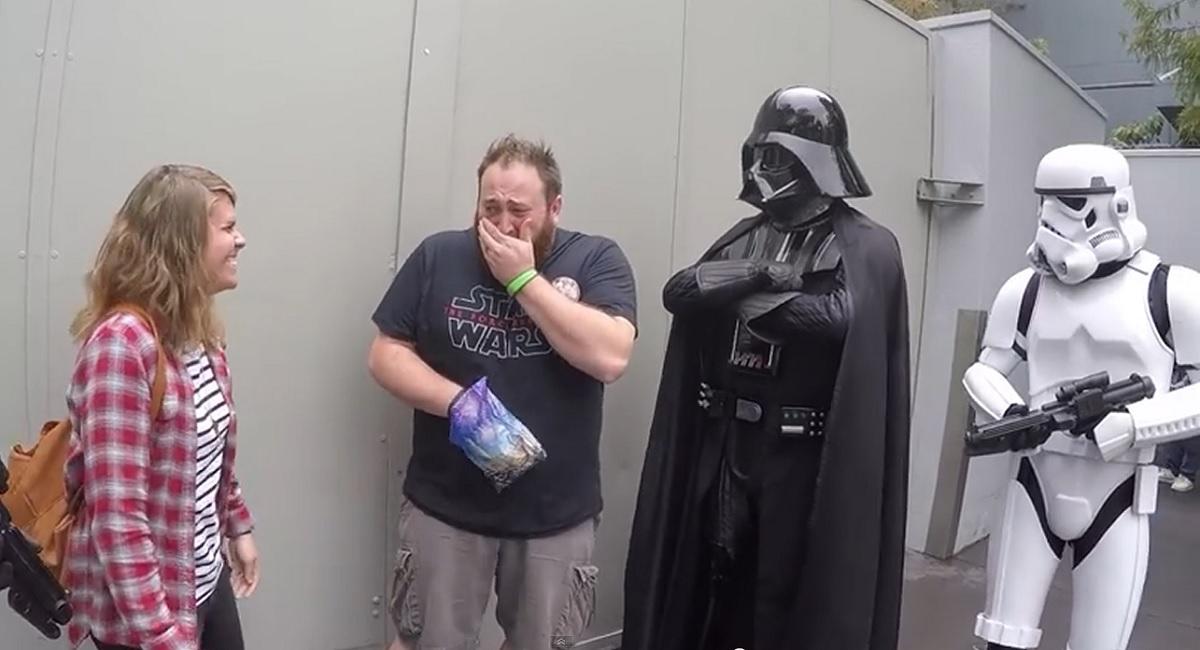 Darth Vader anuncia a un hombre que va a ser padre