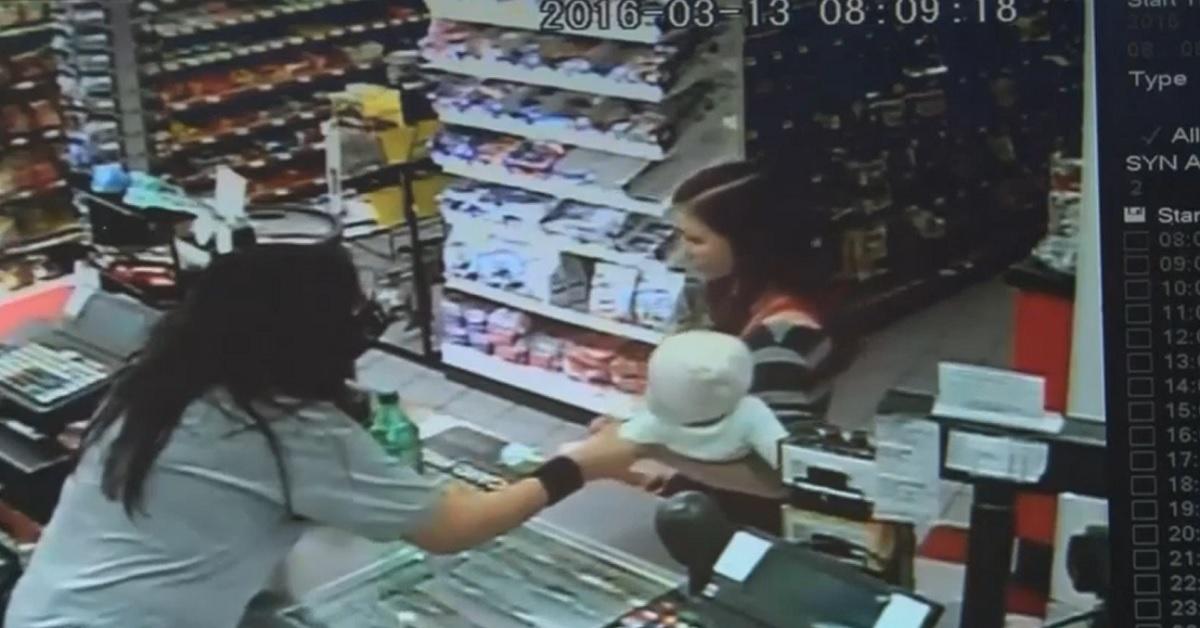 Una cajera rescata a un bebé antes de que la madre se caiga (VÍDEO)
