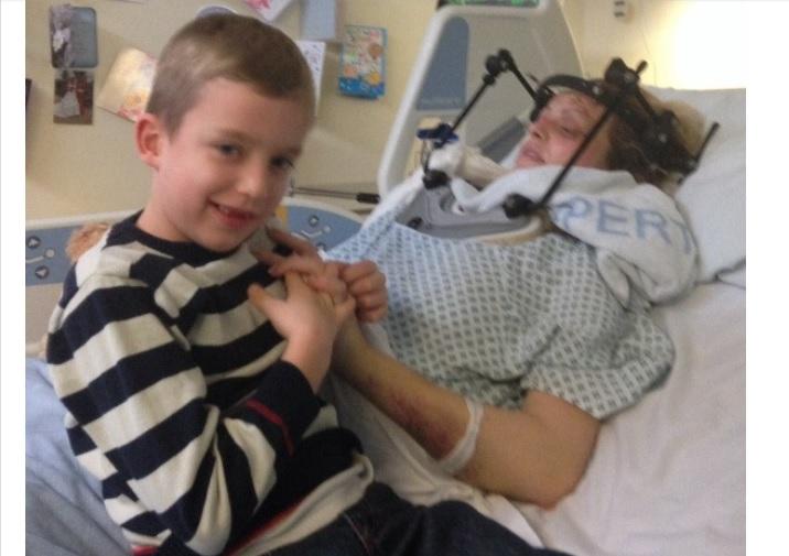 Una mujer despierta del coma al oír a su hijo de 6 años