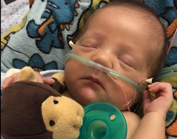Unos padres retransmiten en Facebook ¡el trasplante de corazón de su bebé!