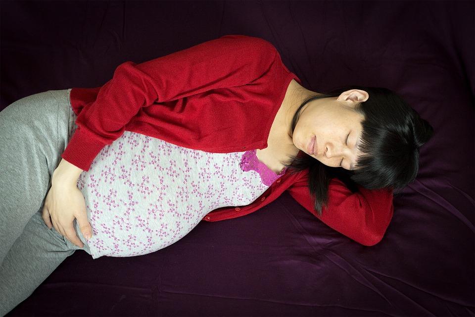 Atención embarazadas: Acostarse de espaldas aumenta el riesgo de muerte fetal