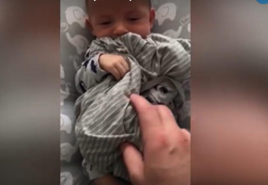 bebe calmandose al oler a su madre