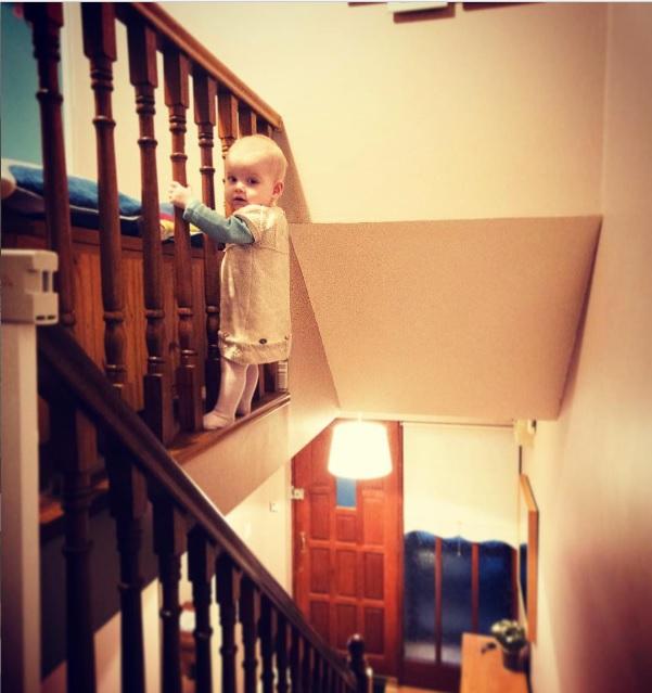 fotografias de su hija en serio peligro, colgando de la escalera