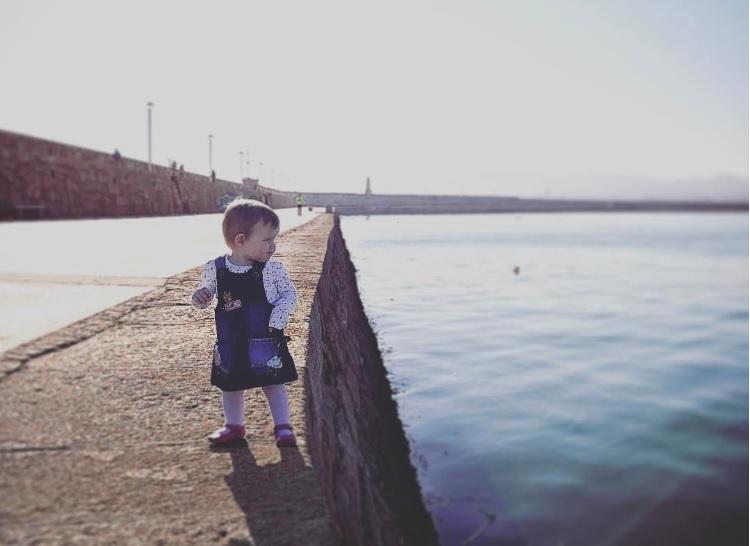 fotografías de su hija en serio peligro, junto al mar