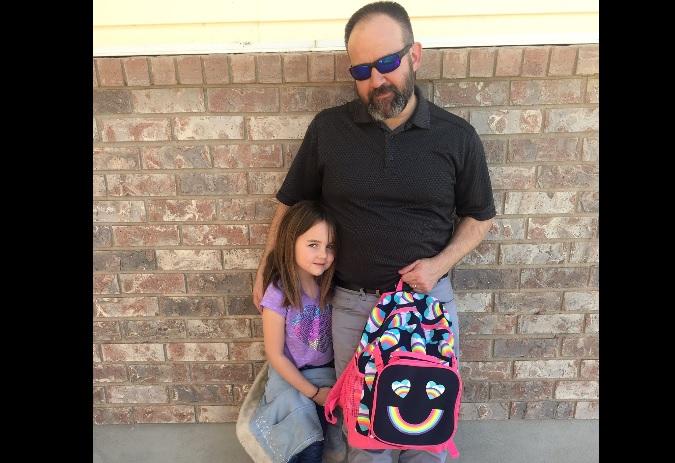 Niña se hace pipí en clase y su padre se solidariza