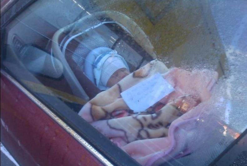 Bebé solo en el interior del coche