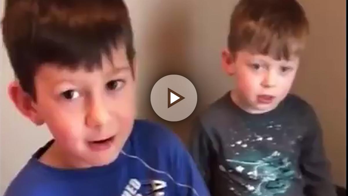 El viral donde un niño procede a extraerle el diente a su hermano