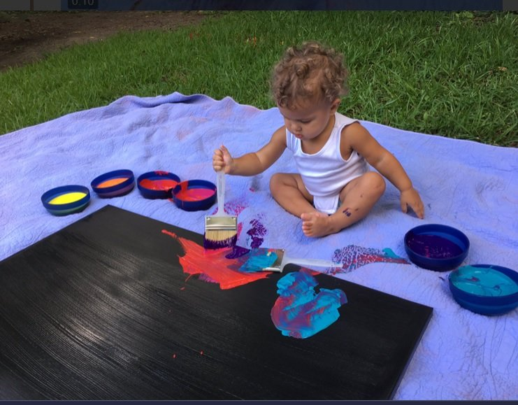 Bebé de 16 meses en pleno proceso creativo