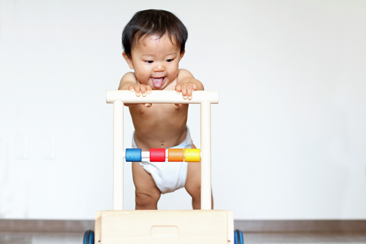 Ayuda a tu hijo a dar sus primeros pasos.