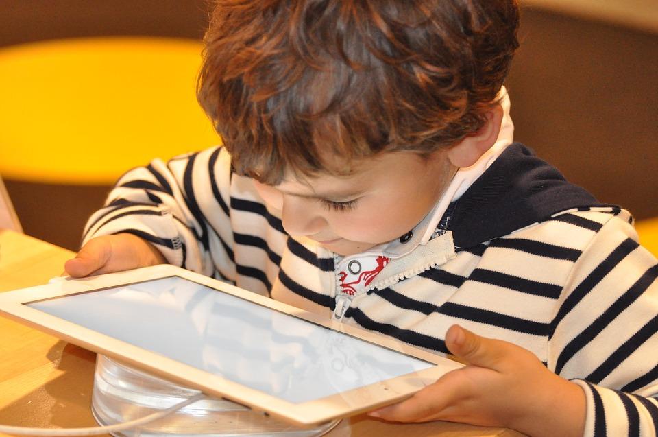Si tus hijos van a manejar dispositivos con internet, ten en cuenta estos consejos.
