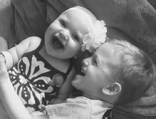Emotiva reacción de un niño ante la enfermedad rara de su hermana