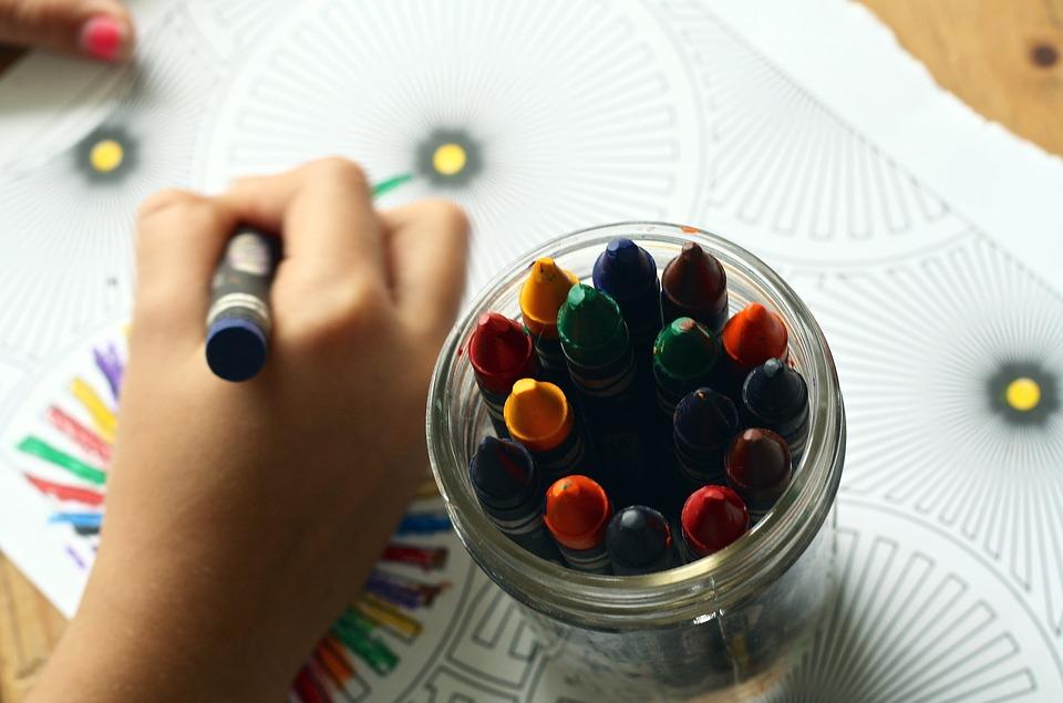 Colorear dibujos promueve la creatividad de los niños.