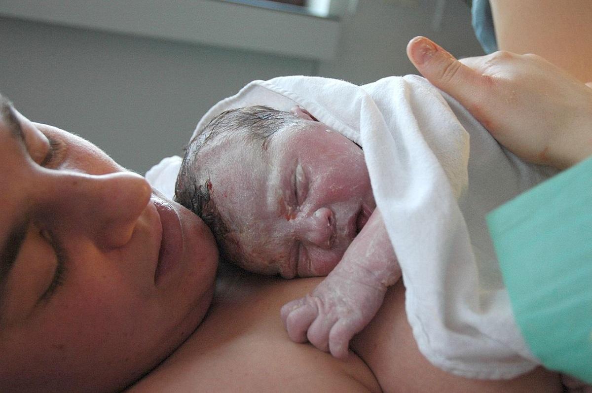 ¿Cómo vuelve el útero a su tamaño normal tras el parto?
