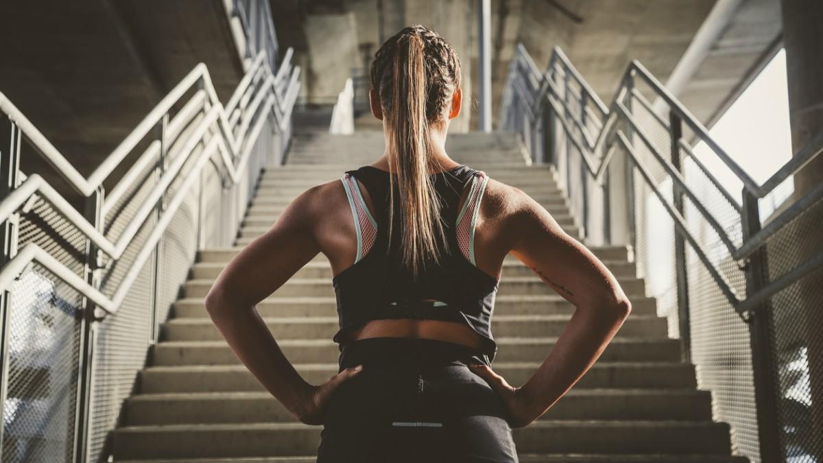 Uno de los métodos para recuperar tu figura es subir y bajar escaleras.