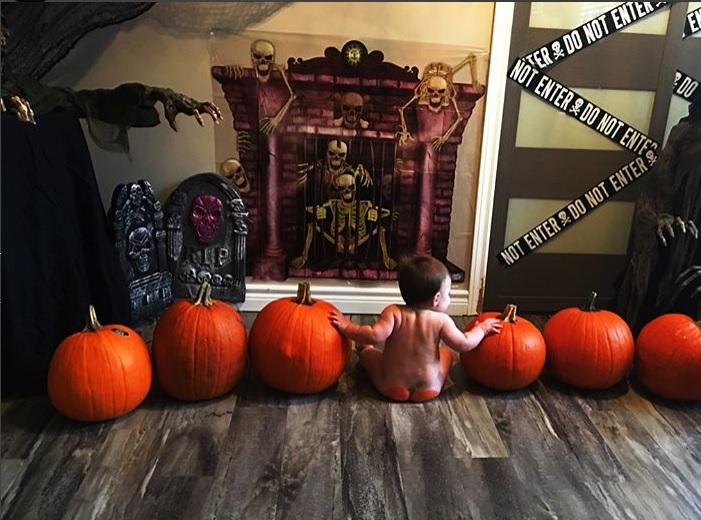 Tendencia, pintar el culito de bebé a modo de calabaza de Halloween