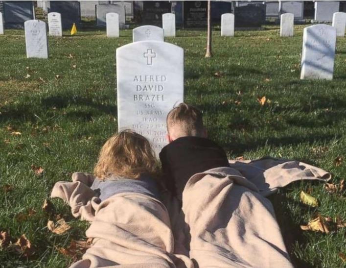 Una de las dos fotografías de dos niños junto a una lápida que ha emocionado