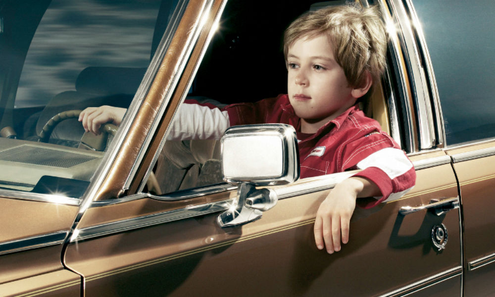 Nino conduciendo