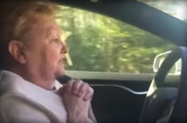 Así reaccionaría tu abuela ante un coche autónomo