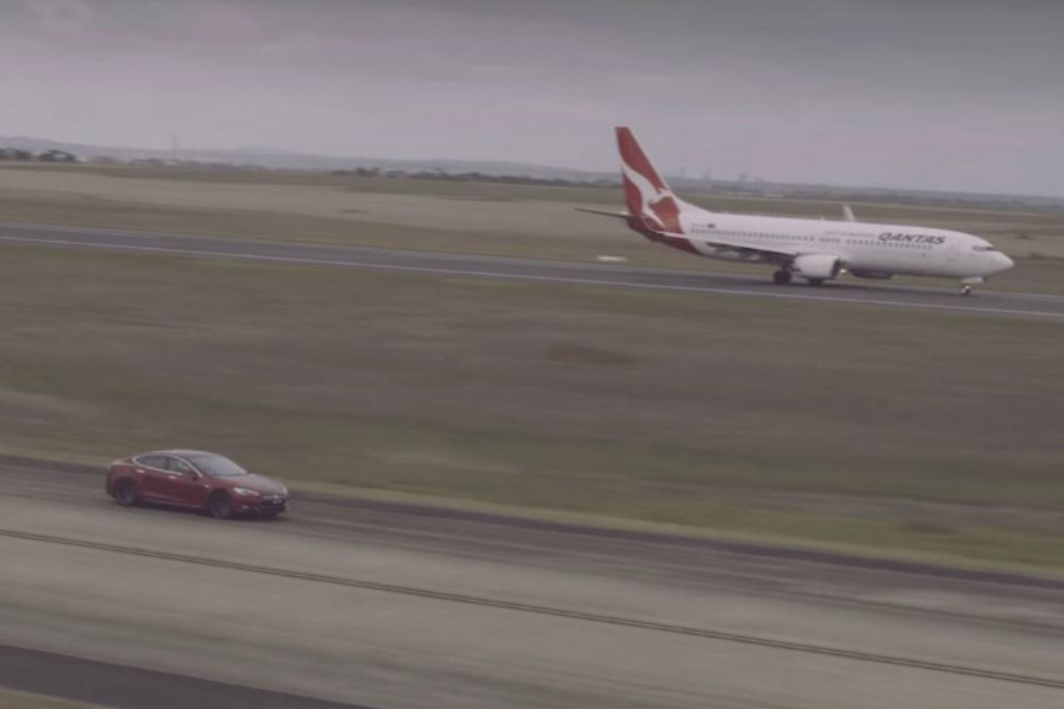 El Tesla Model S se enfrenta… ¡a un avión!