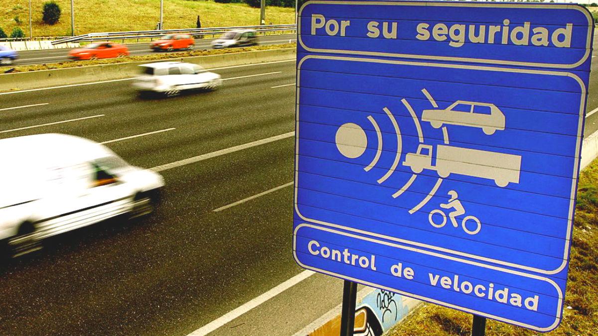 La última campaña de control de la DGT ha demostrado que los excesos de velocidad, la falta de mantenimiento y no usar el cinturón son las 3 infracciones que más cometemos los conductores españoles.