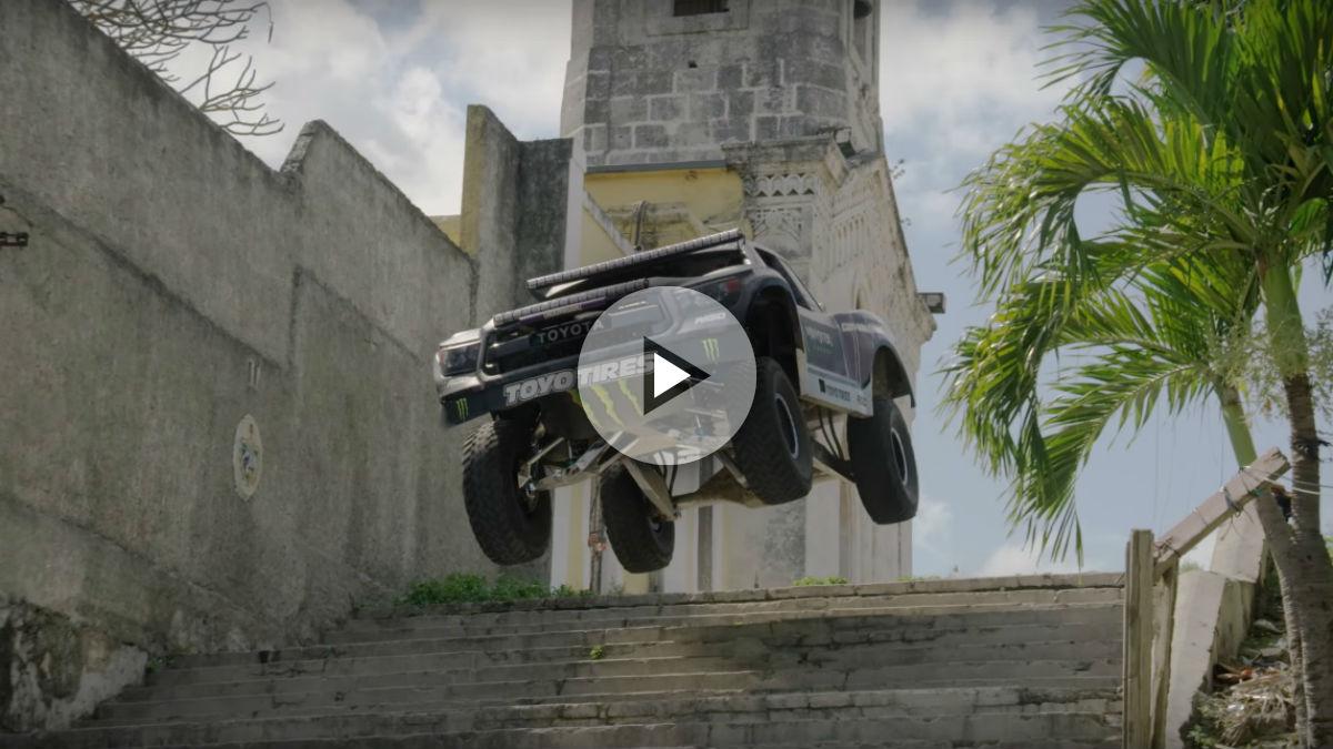 La última Gymkhana de BJ Baldwind llega al volante de un Toyota Tacoma con el que el piloto realiza las más inverosímiles maniobras en Cuba.