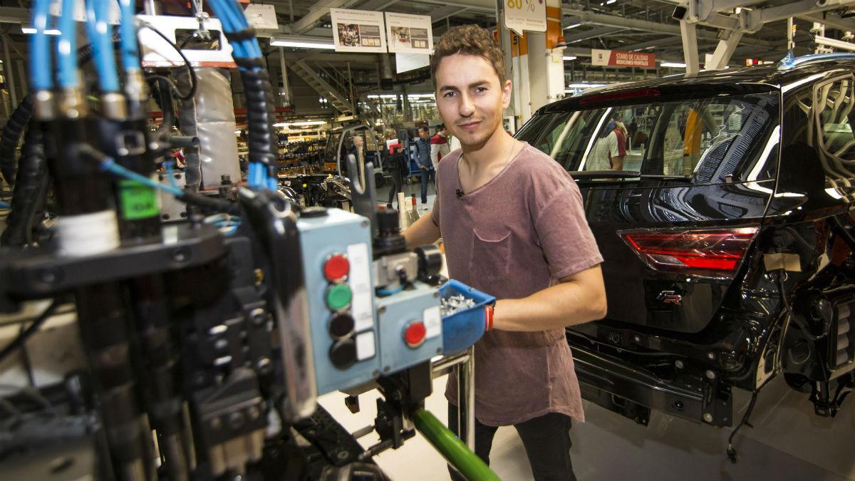 Jorge Lorenzo ha visitado la planta de Seat en Martorell, dónde ha tomado parte en el proceso de fabricación de su propio León Cupra.