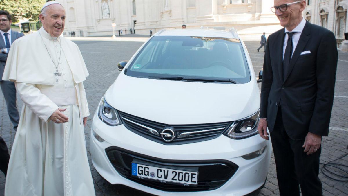 Opel ha entregado una unidad del Ampera-e a su Santidad el Papa Francisco, dentro del objetivo de la Ciudad del Vaticano de ser el primer país libre de CO2 del planeta.