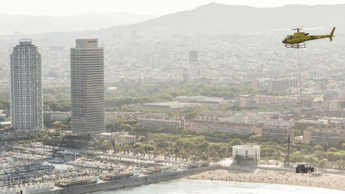 La llegada del Seat Arona a Barcelona montado en un helicóptero fue toda una sorpresa para quienes se encontraban en la ciudad catalana hace unos días.