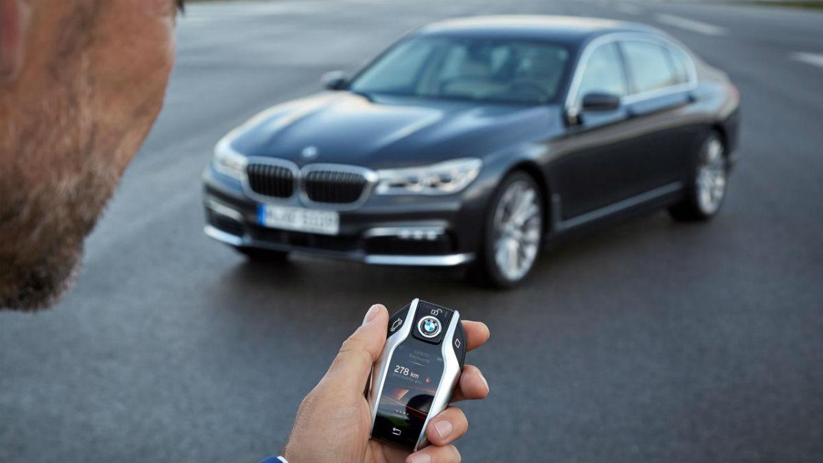 El BMW Serie 7 llegó hace unos meses al mercado presumiendo de contar con una serie de avances tecnológicos que elevan la experiencia de conducción a otro nivel.