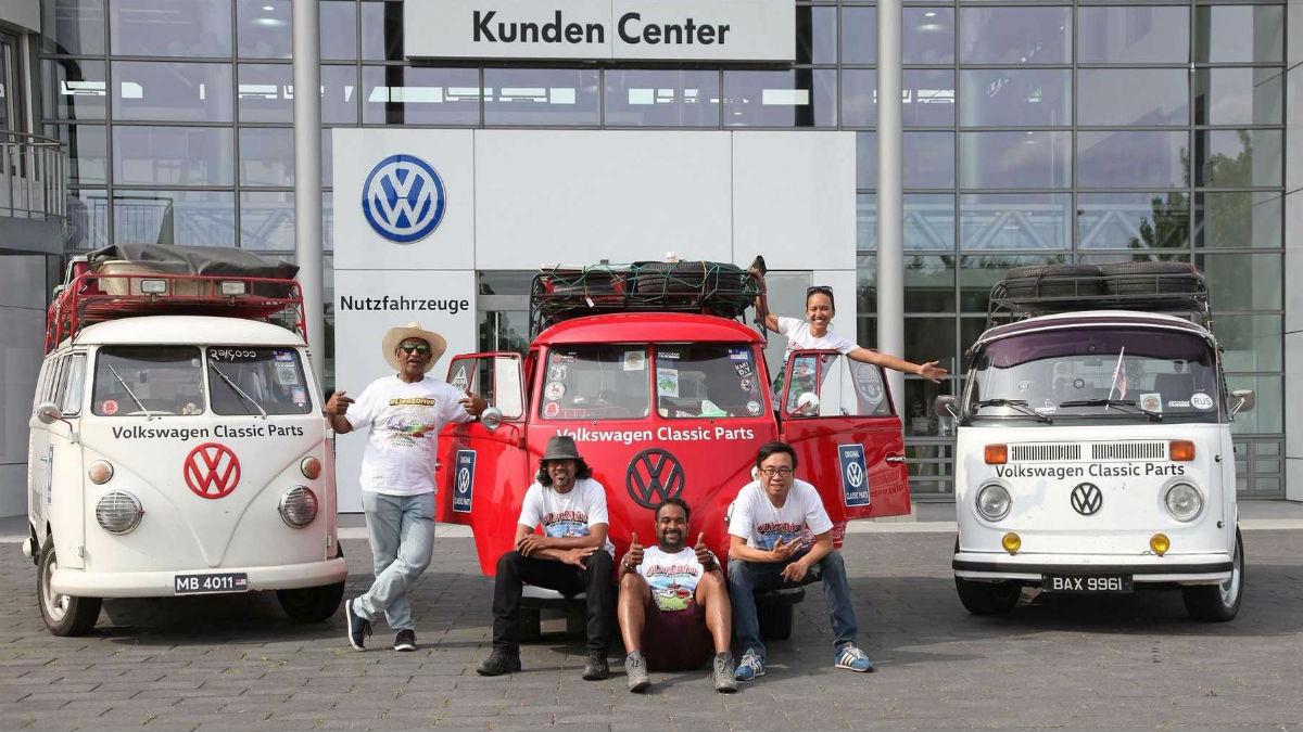 Varias Volkswagen Combi con muchos años a sus espaldas recorren el mundo.