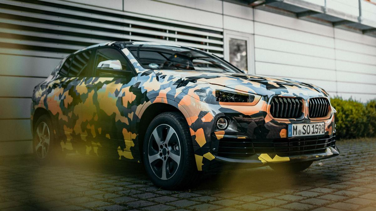 Las formas del nuevo BMW X2 han quedado parcialmente descubiertas tras la publicación de las primeras imágenes oficiales del vehículo, correspondientemente camuflado.