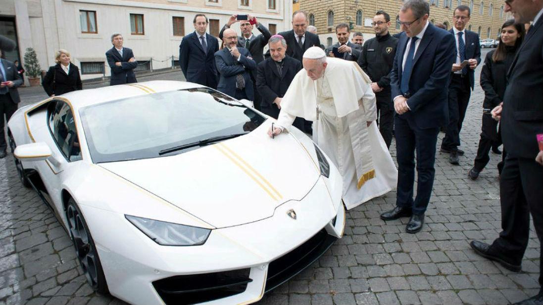 El Papa Francisco ha recibido un flamante Lamborghini Huracán en lo que es el principio de una acción de lo más solidaria.
