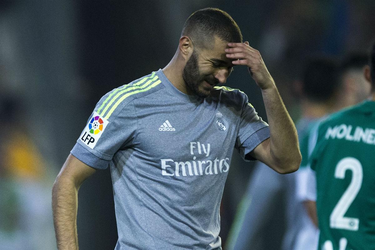 Karim Benzema se lamenta de una ocasión fallada en el partido contra el Betis. (Getty)