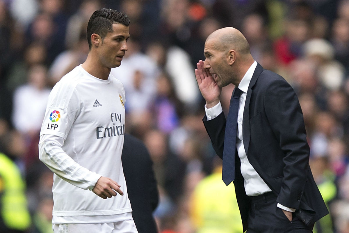 Cristiano Ronaldo da órdenes a Zidane en el partido contra el Athletic. (Getty)